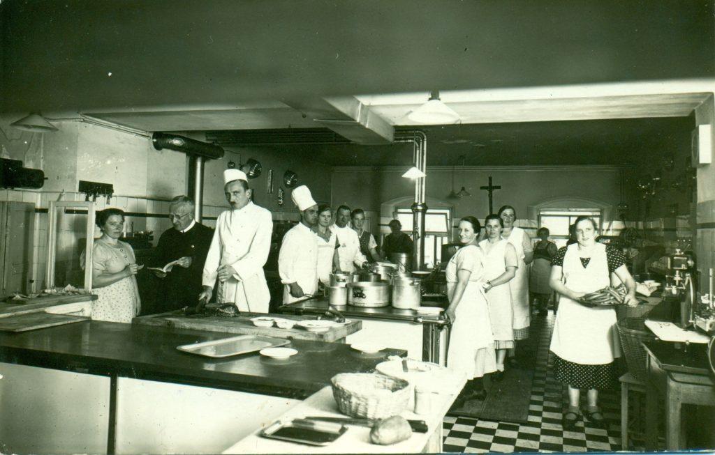 Franz Peschka (der strenge Mann mit Schnauzer) als Küchenchef im Salzburger Peterskeller